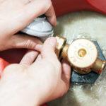 Anschluss des Schlauches mit Gasdruckminderer an eine Gasflasche , mit dem verstellbaren Schraubenschlüssel.